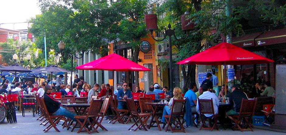 Plaza Serrano es uno de los lugares preferidos por turistas y argentinos para disfrutar de una noche de fiesta o una cena.